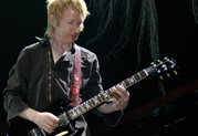 Line 6-Künstler Gerry Leonard trägt seinen Teil zum Erfolg des neuen David Bowie-Albums 'The Next Day' bei